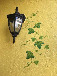 電灯と葉の外壁