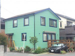 青い窓枠のお家