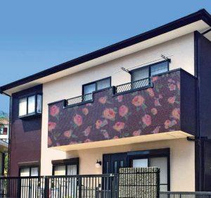 ベランダに花柄のデザインを描いたお家