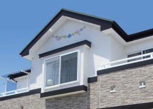 妻飾り風のデザインが描かれたお家