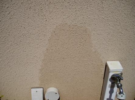 外壁が水を吸っている状態1