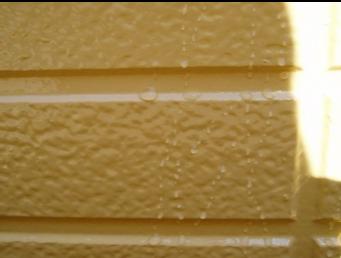 外壁が水をはじいている状態2