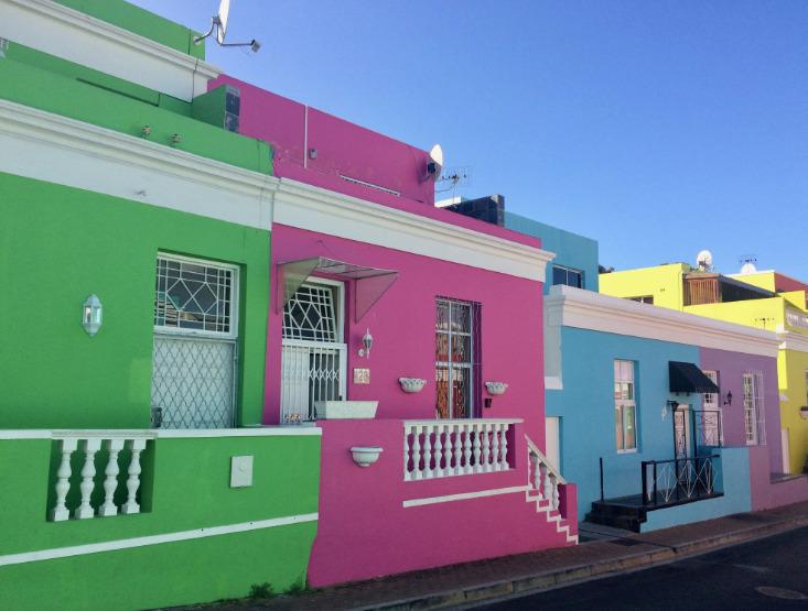 派手な色の建物