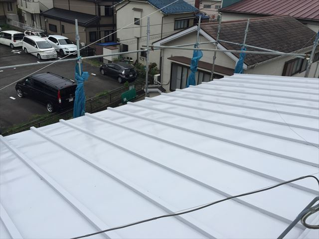 白い屋根の家