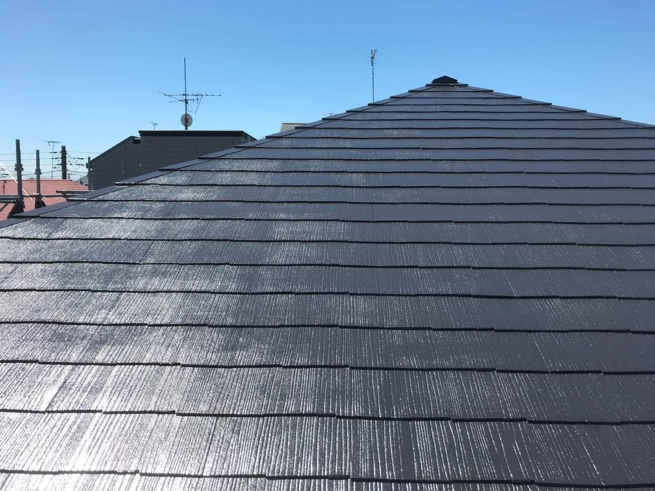 """黒い屋根の""""暑い""""を解消!おしゃれな住まいにするコツと事例26選"""
