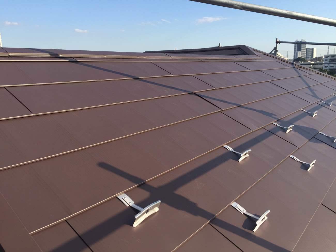 屋根カバー工法とは:塗装・葺き替えとの比較で見るメリットと注意点