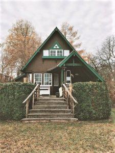 緑と茶色の家